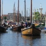 Uitvarende schepen in de haven van Spakenburg